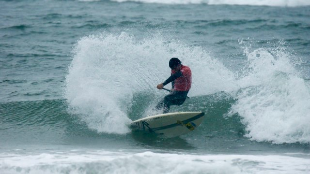 Mo Freitas grapples with strong waves at the ISA World Championship in Denmark