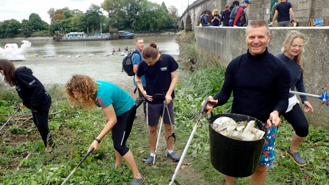 Volunteers take part in a paddle & pick session along the Thames