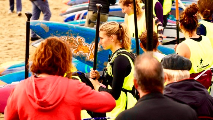 Mélanie Lafenêtre réfléchit à sa stratégie avant de se lancer sur l'eau lors de la course Technical Race su Championnat de France de SUP 2017