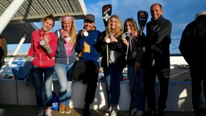Mélanie Lafenêtre suite à sa victoire au Championnat de France de SUP, entourée de sa famille et de ses amis