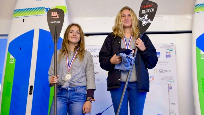Mélanie Lefenêtre s'élève à la première place du podium lors du Championnat de France de SUP 2017, à côté de sa co-équipière Inès Blatge