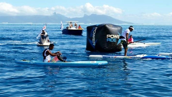Niuhiti-Nui Buillard participe à une course de SUP race à Tahiti
